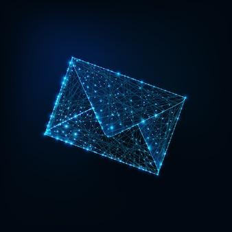 Glühende niedrige polygonale umschlag-e-mail lokalisiert auf dunkelblauem hintergrund.