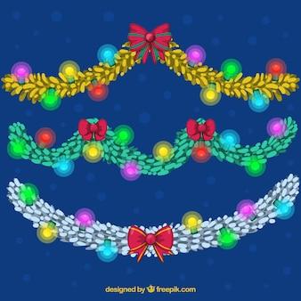 Glühende weihnachtslichter auf einem dunkelblauen hintergrund
