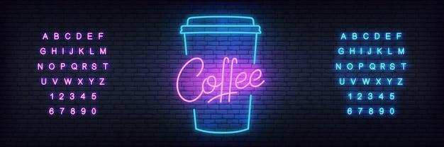 Glühender kaffee mit schriftzug