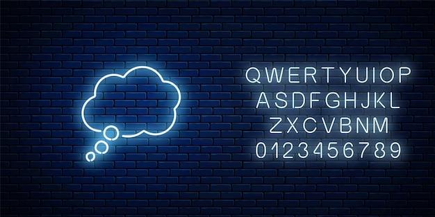 Glühender leerer neon-gedankenblasenrahmen mit alphabet. cloud leere sprechblase im neonstil auf dunklem backsteinmauerhintergrund. vektor-illustration.