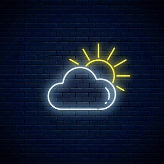Glühendes neon bewölkt mit sonnenwettersymbol auf dunklem backsteinmauerhintergrund. wolkensymbol mit sonnigem neonstil zur wettervorhersage in der mobilen anwendung. vektor-illustration.