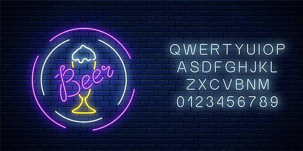 Glühendes neon-bierbar-schild in kreisrahmen mit alphabet auf dunkler backsteinwandoberfläche. leuchtendes werbeschild der nachtkneipe mit einem glas bier. illustration.
