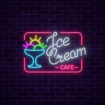 Glühendes neon-eiscafé-schild auf dunklem backsteinmauerhintergrund.