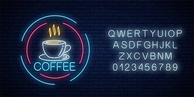 Glühendes neon-kaffeetasse-symbol in kreisrahmen mit alphabet. heißgetränk oder café-schild mit lichteffekt.