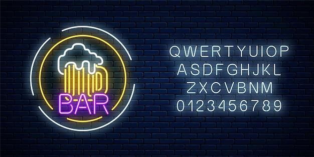 Glühendes neonbierkneipenschild in kreisrahmen mit alphabet auf dunkler backsteinmauer