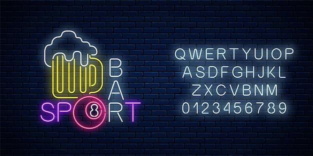 Glühendes neonschild der bar mit billard, darunter ein glas bier und eine billardkugel mit alphabet. schild der kneipe mit billardtisch. vektorillustration auf dunklem backsteinmauerhintergrund.