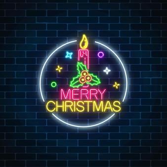 Glühendes neonweihnachtszeichen mit stechpalme und weihnachtskerze im kreisrahmen.