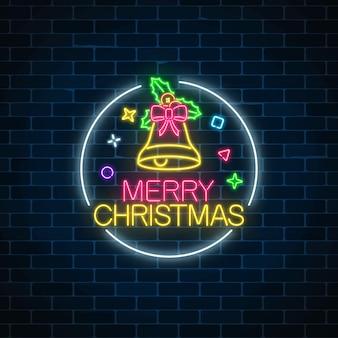 Glühendes neonweihnachtszeichen mit weihnachtsglocke, bogenknoten und stechpalme im kreisrahmen.