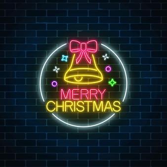 Glühendes neonweihnachtszeichen mit weihnachtsglocke und -knoten im kreisrahmen.
