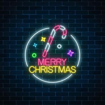 Glühendes neonweihnachtszeichen mit weihnachtszuckerstange im kreisrahmen.