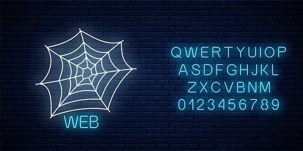 Glühendes neonzeichen des spyder-web-banner-designs mit alphabet. helle halloween-nacht gruseliges zeichen im neonstil