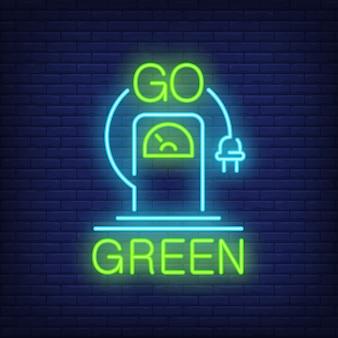 Go grün Leuchtreklame. Ladestation für Elektrofahrzeuge mit hängendem Stecker.