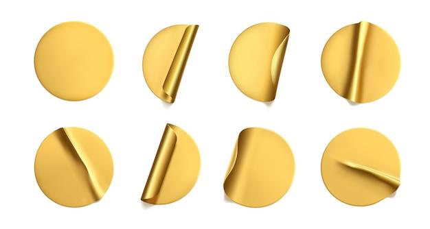 Gold runde zerknitterte aufkleber mit peeling-ecke gesetzt. klebende goldene folie oder plastikaufkleber mit falteneffekt