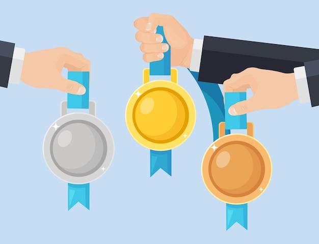 Gold-, silber- und bronzemedaille für den ersten platz in der hand. trophäe, auszeichnung für gewinner im hintergrund. satz goldenes abzeichen mit band. leistung, sieg.