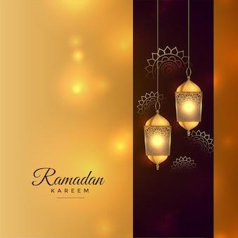 Goldene festivalkarte des ramadan kareem mit islamischem laternenhintergrund