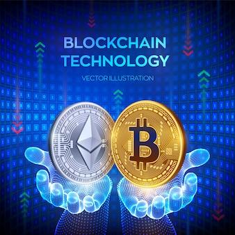 Goldene und silberne münzen mit bitcoin- und ethereum-symbol in den händen.