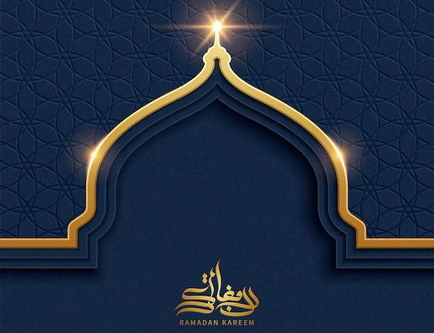 Goldene zwiebelkuppel mit blauem geometrischem musterhintergrund und kopienraum für grußwörter, ramadan kareem kalligraphie