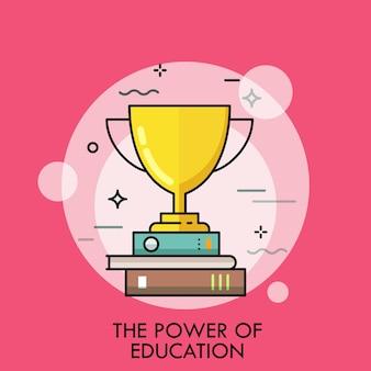 Goldener gewinnerpokal, der auf stapel bücher steht. konzept der bildungskraft, studienerfolg.