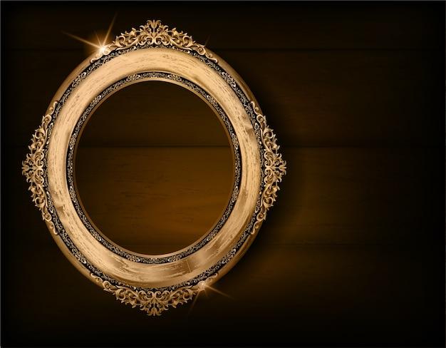 Goldener ovaler hölzerner fotorahmen auf drake-holzwand