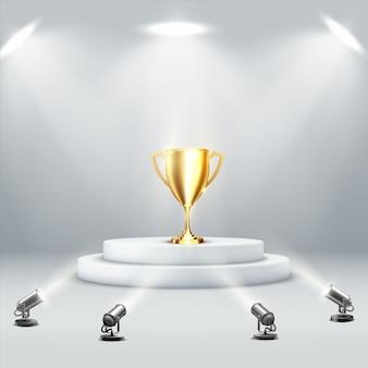 Goldener podestpokal auf hellem hintergrund. sport-trophäe. sieg-konzept. gewinner auszeichnung. vektorillustration des weißen runden podiums mit trophäenpreisbecher, der von bodenscheinwerfern beleuchtet wird.