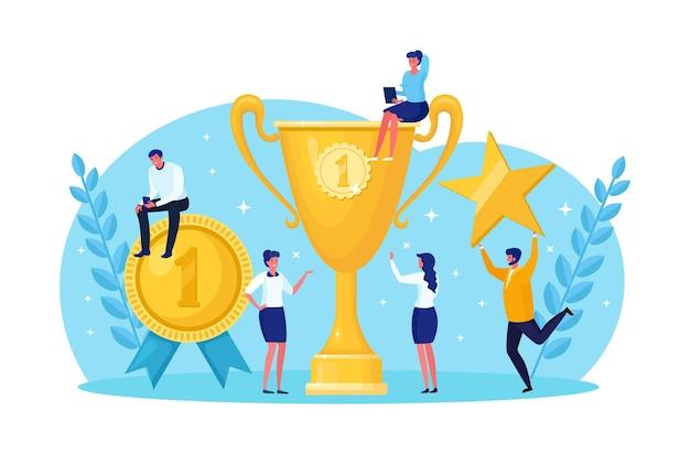 Goldener trophäenpokal, symbol des sieges. team glücklicher mitarbeiter, die auszeichnungen gewinnen und erfolge feiern. ziel erreichen, erfolg erreichen