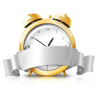 Goldener wecker mit silberner weißer fahnenverkaufszeit lokalisiert auf weißem hintergrund mit reflexion.