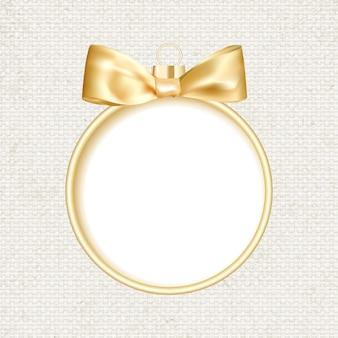Goldener weihnachtsball auf grauem hintergrund.