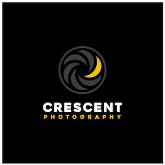 Goldenes halbmondlicht mit verschlusslinse für fotofotografie-logoentwurf