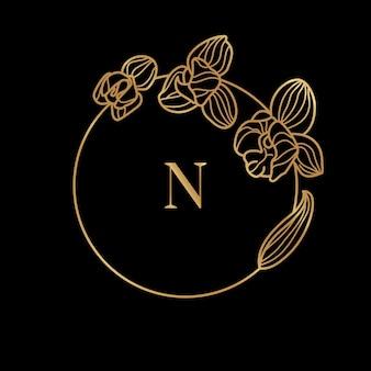 Goldrahmenschablone orchideenblume und monogrammkonzept mit dem buchstaben n im minimalen linearen stil. vektorblumenlogo mit kopienraum für text. emblem für kosmetik, medikamente, lebensmittel, mode, schönheit