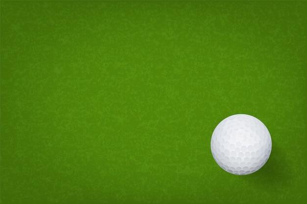 Golfball auf beschaffenheitshintergrund des grünen grases.