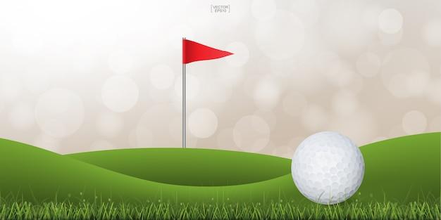 Golfball auf grünem hügel des golfgerichtes mit licht verwischte bokeh hintergrund.
