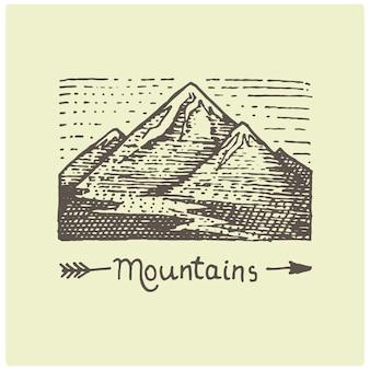 Graviertes vintage-logo mit bergen in der hand gezeichnet, skizzenart, alt aussehendes retro-abzeichen für nationalparks und camping-, alpen- und wanderthema
