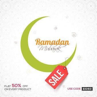 Green crescent moon auf floralen design verziert hintergrund für ramadan mubarak. kann als verkaufsplakat, fahne oder flyer für islamische festivals verwendet werden.
