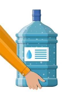Große flasche mit sauberem wasser für kühler in der hand