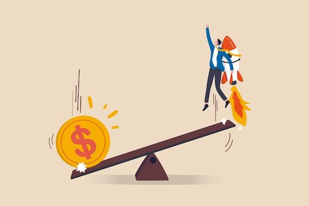 Große geld-dollar-münzen fallen auf die wippe, um andere sidemen zu stärken