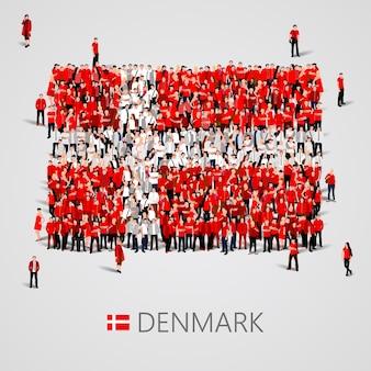 Große gruppe von menschen in form der dänischen flagge