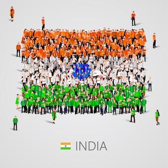 Große gruppe von menschen in form der indischen flagge