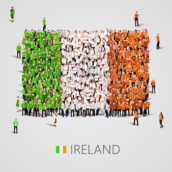 Große gruppe von menschen in form der irischen flagge
