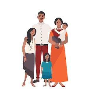 Große liebevolle indische familie. vater, mutter hält kleinkindsohn und zwei töchter stehen zusammen