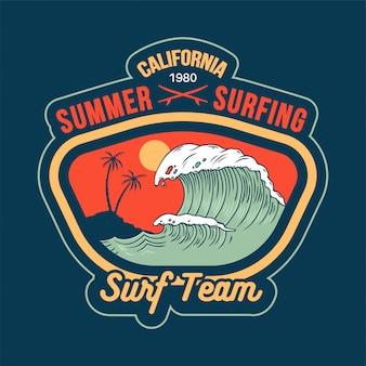 Große ozeanwelle am kalifornischen paradiesstrandplatz zum surfen mit palmen und heißem sonnenurlaubsstil