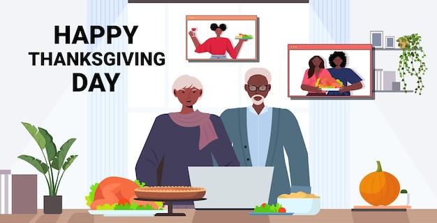 Großeltern diskutieren mit kindern während eines videoanrufs und feiern einen glücklichen erntedankfest