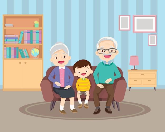 Großeltern und ihre kinder auf dem sofa