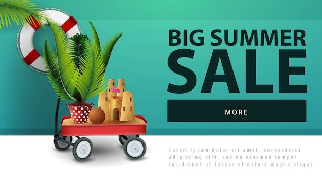 Großer sommerschlussverkauf, rabattnetzfahne mit gartenwarenkorb mit sand, sandburg und eingemachter palme