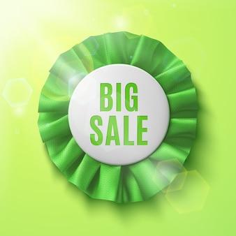 Großer verkauf, realistisches grünes stoffpreisband, auf grünem hintergrund mit sonne und sonneneruptionen. frühlingsverkauf. abzeichen. illustration.