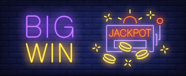 Großes gewinn leuchtreklame. jackpot-inschrift und spielautomat auf backsteinmauerhintergrund.