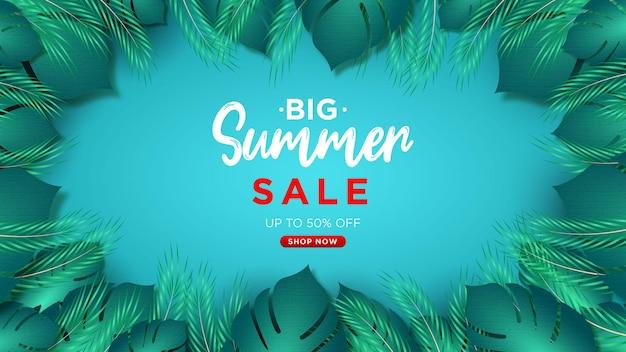 Großes sommer-sale-design mit papageienblume und tropischen palmblättern