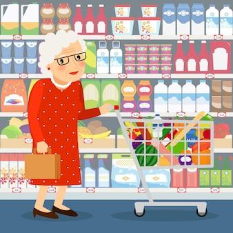 Großmutter einkaufen vektor-illustration. alte dame mit einkaufswagen und den ladenregalen mit milchprodukten, früchten und haushaltschemikalien