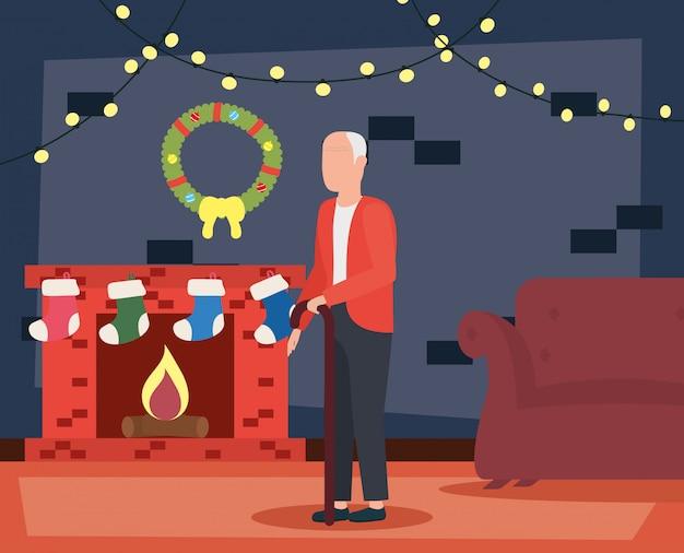 Großvater im wohnzimmer mit weihnachtsdekoration