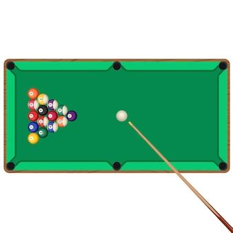 Grüner billardtisch mit hölzernem stichwort und kugeln