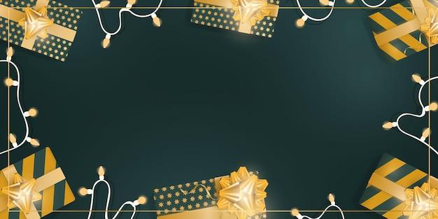 Grüner hintergrund mit realistischen geschenkboxen mit goldbändern und schleifen. girlanden mit glühbirnen. sicht von oben. banner mit platz für text. vektor.